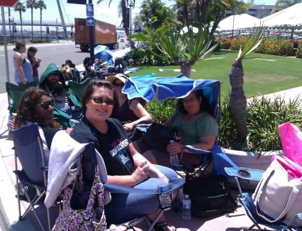 A imagem, postada no Twitter, mostra Giselle G (à direita, de top verde, na cadeira com cobertura azul) com amigas na fila para entrar no Centro de Conveções de San Diego - Reprodução