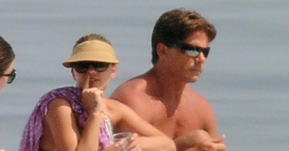 Acompanhada de amigas e do segurança, atriz Scarlett Johansson toma sol a bordo de um iate (9/7/12)