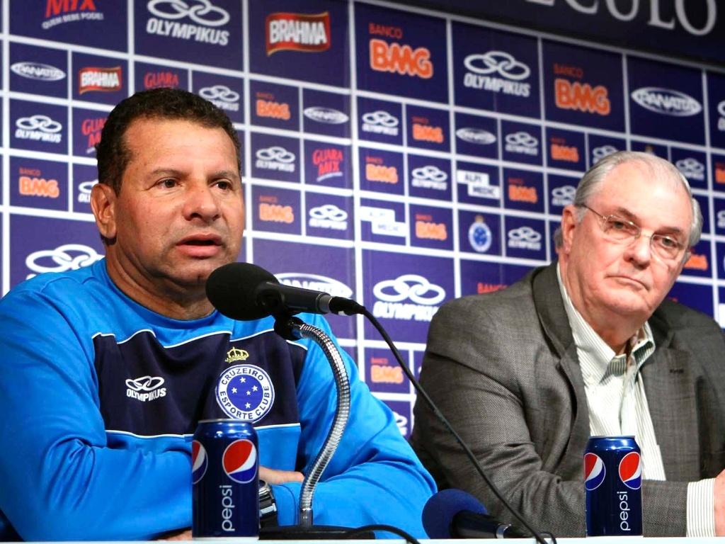 Celso Roth concede entrevista ao lado do presidente do Cruzeiro, Gilvan de Pinho Tavares (10/5/2012)