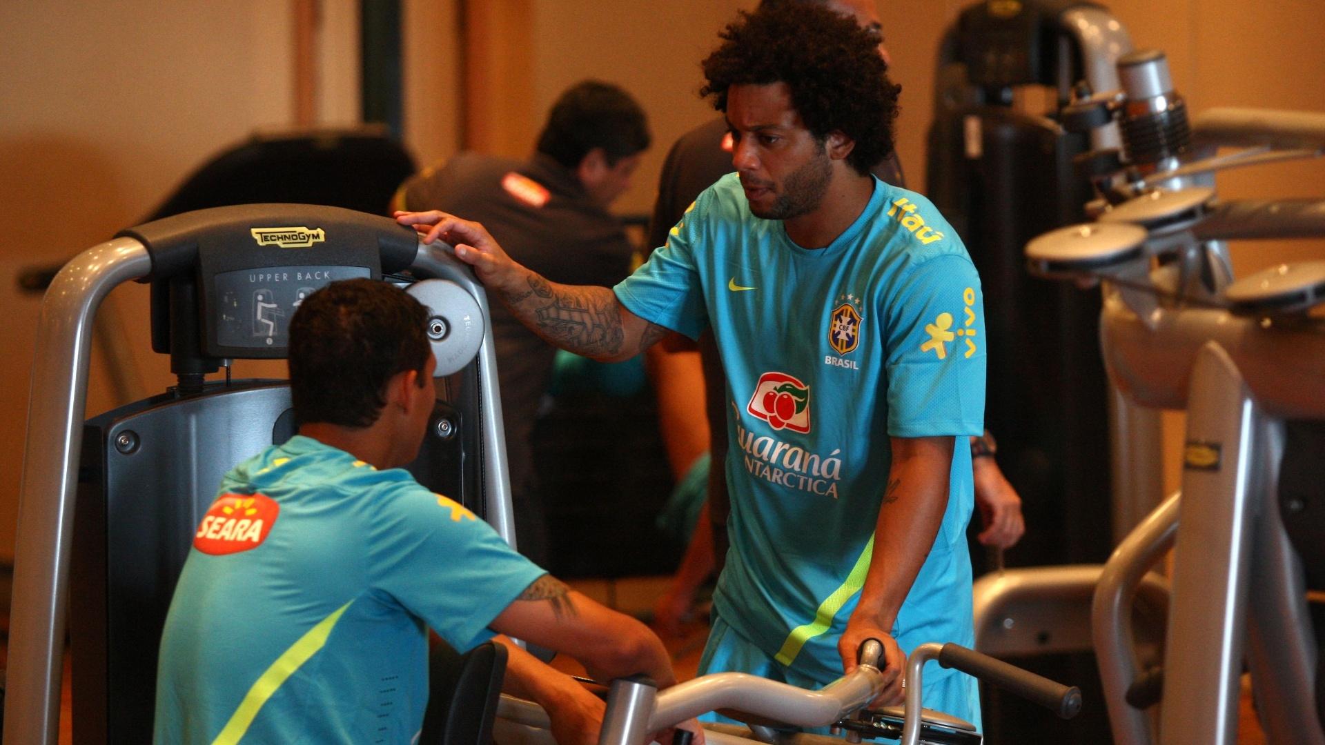 Lateral Marcelo conversa com Thiago Silva na concentração da seleção brasileira para Londres 2012