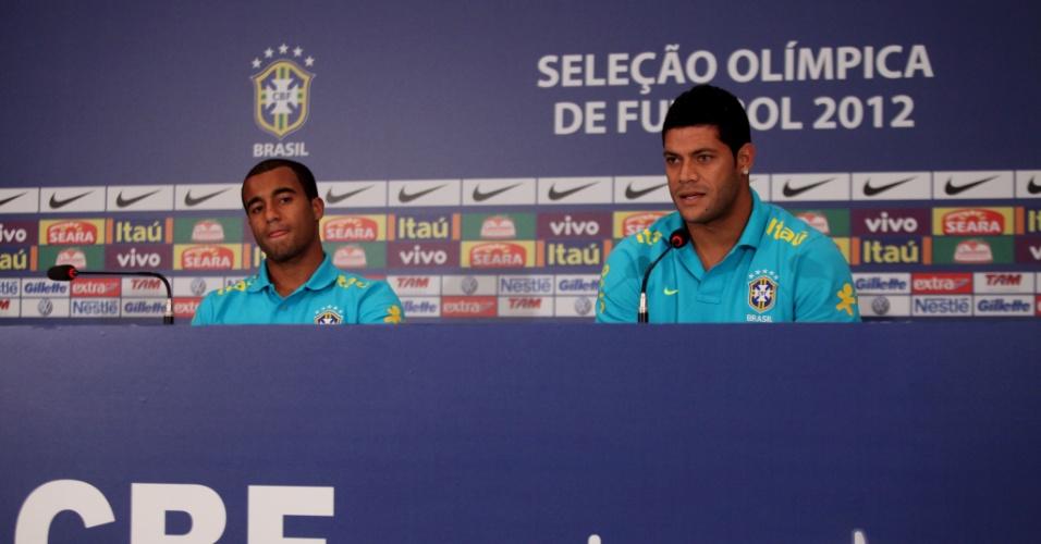 Os atacantes Lucas e Hulk deram entrevista coeltiva na manhã desta terça-feira no hotel onde a seleção está concentrada no Rio