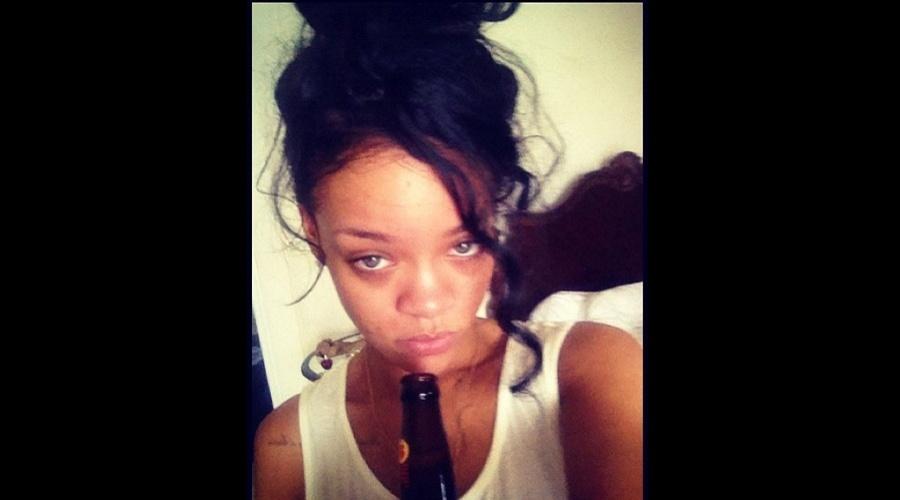 Rihanna divulgou uma imagem onde aparece descabelada e sem maquiagem (10/7/12)
