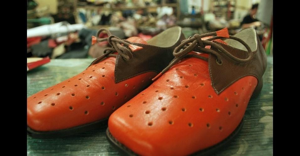 Sapato marrom e tomate confeccionado na sapataria Fascinante