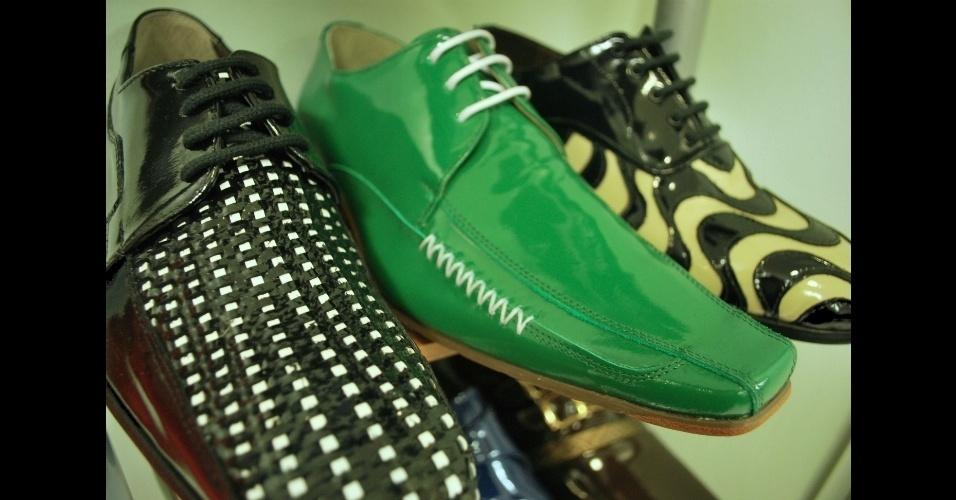Três modelos de calçados masculinos confeccionados na Porto Free