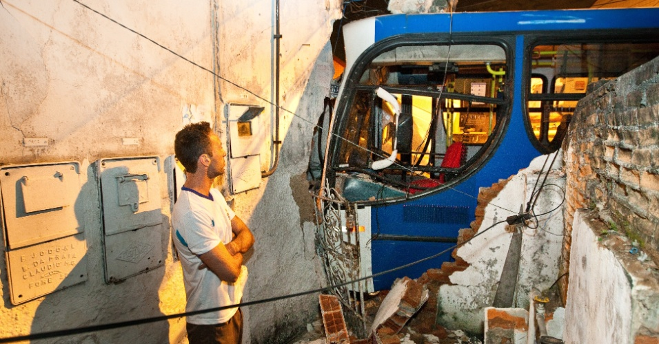 11.jul.2012 - acidente entre ônibus e van deixa um ferido na zona leste de São Paulo