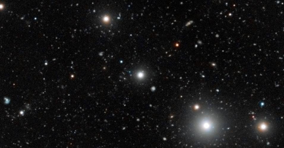 11.jul.2012 - Imagem mostra região do Espaço em torno do quasar HE0109-3518. O brilho desse objeto permitiu aos astrônomos detectar, pela primeira vez, a presença de galáxias escuras - ricas em gás, mas pobres em estrelas. O fenômeno era conhecido em teoria, mas não tinha sido observado até então. O feito foi conseguido com ajuda do telescópio do Observatório Europeu do Sul, no Chile