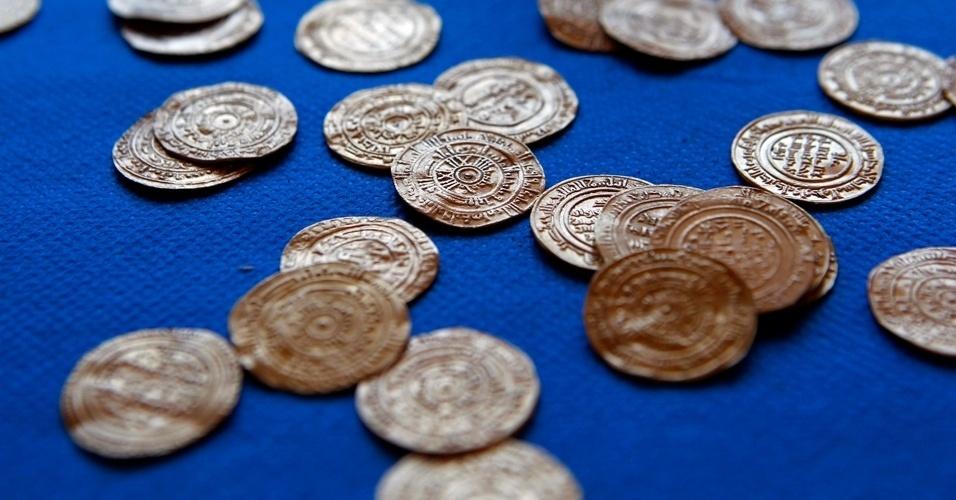 11.jul.2012 - Um tesouro com moedas de ouro milenares foi desencavado de um terreno onde forças cristãs e muçulmanas travaram batalhas pelo controle da Terra Santa durante as cruzadas. O material foi encontrado por arqueólogos nas ruínas de um castelo em Arsuf. As 108 moedas formam uma das maiores coleções de moedas antigas já descobertas em Israel