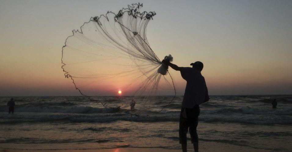 11.jul.2012- Pescador palestino é visto em final de tarde em Gaza