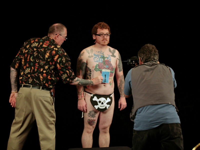 13.abr.2012 - Competidor tem sua tatuagem fotografada para uma revista durante a Convenção Nacional de Tatuagens de Cincinnati, Ohio (EUA)
