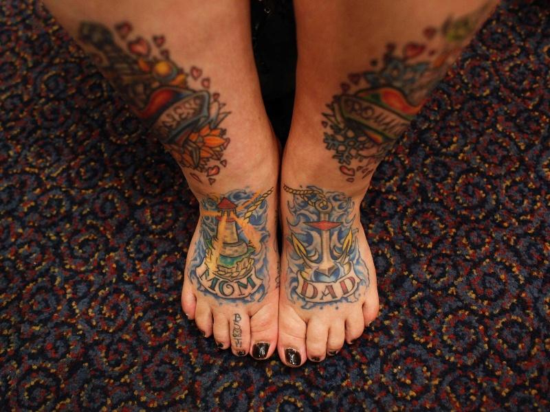 """13.abr.2012 - Keisha Holcomb, 31, de Fort Collins, no Colorado, mostra suas tatuagens """"mamãe e papai"""" que ela fez nos pés durante convenção de tatuagem em Cincinnati, Ohio (EUA)"""