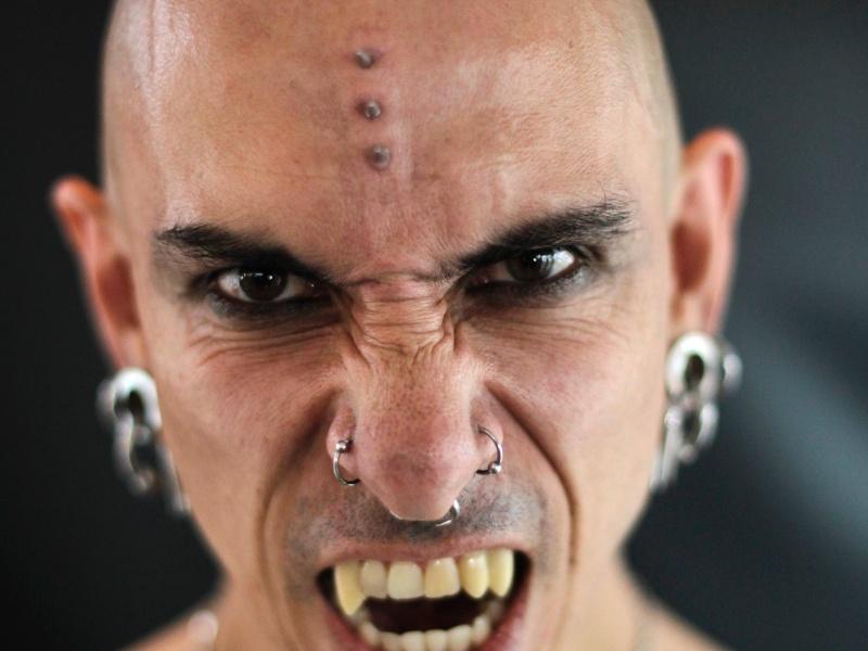 16.jun.2012 - Homem posa para fotos durante convenção de tatuagens na Cidade do Panamá