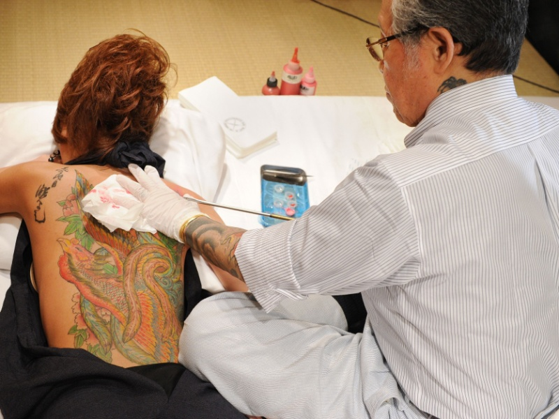 22.mai.2012 - Mulher mostra corpo coberto de tatuagens feitas pelo tatuador japonês Horiyoshii, em Tóquio (Japão)