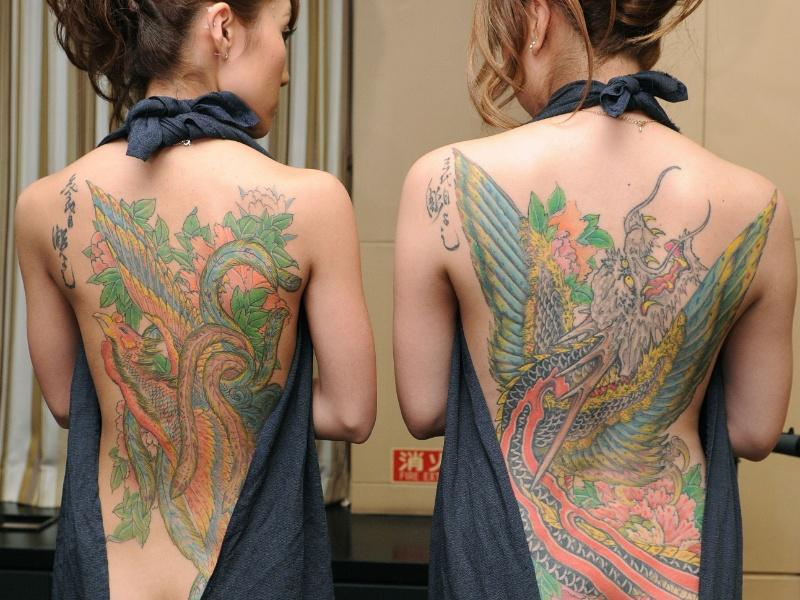 22.mai.2012 - Mulheres mostram corpos cobertos de tatuagens feitas pelo tatuador japonês Horiyoshii, em Tóquio (Japão)