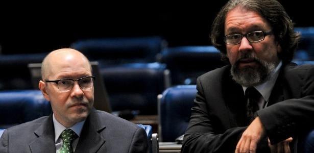 Demóstenes Torres (ex-DEM-GO, à esq.) acompanha votação de sua cassação ao lado de seu advogado - Geraldo Magela/Agência Senado