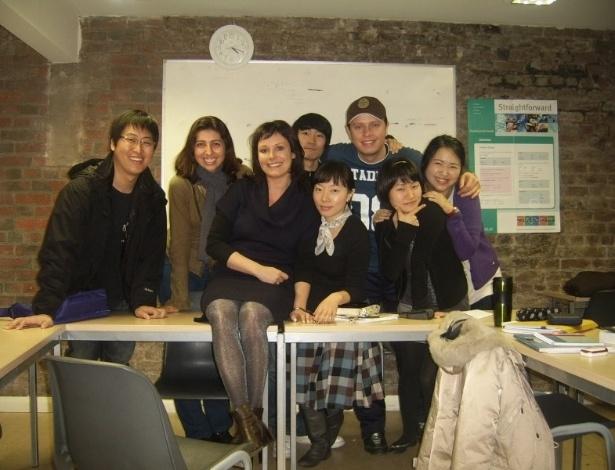 Aline Souza na minha primeira escola com os colegas de sala e professora.