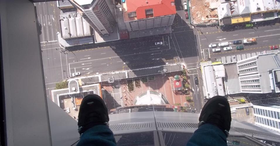 Ana Carolina do alto da Sky Tower, uma torre de comunicação e observação na cidade de Auckland, na Nova Zelândia, com 328 metros de altura.