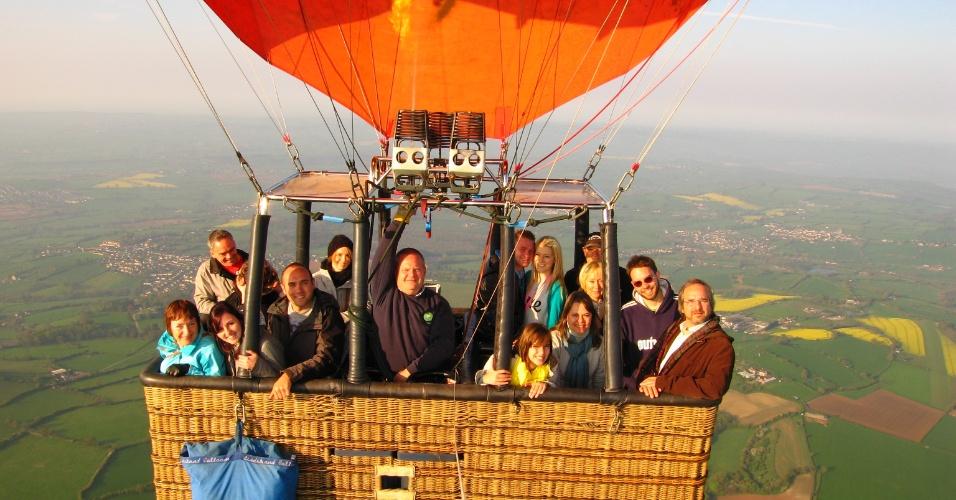 André Frank (de casaco azul, à direita) em passeio de balão em Bath Spa, junto com a família
