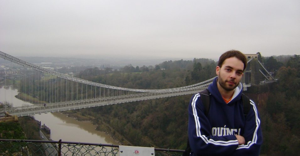 André Frank na frente da Ponte Suspensa de Clifton, um dos ícones da cidade de Bristol.