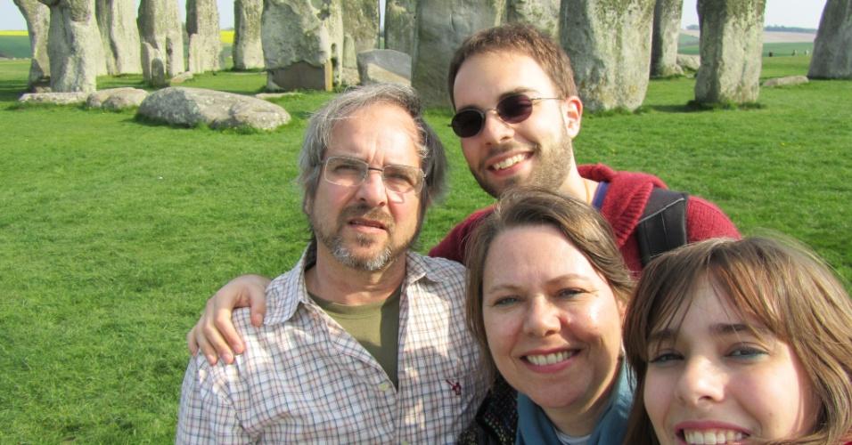 André Frank e sua família na frente do monumento ancestral de Stonehenge.