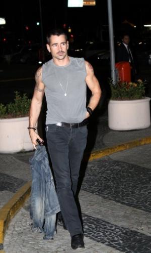 """Colin Farrell desembarcou no aeroporto internacional do Rio, zona norte do Rio (11/7/12). O ator está na cidade para promover seu novo filme, o remake de """"O Vingador do Futuro"""" que foi estrelado por Arnold Schwarzenegger em 1990. Simpático, Colin tirou fotos com fãs que estavam no local"""
