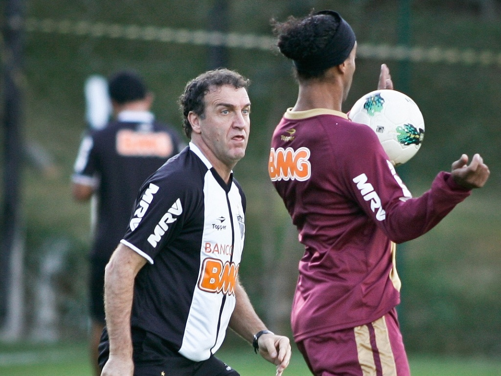 Cuca observa Ronaldinho Gaúcho em treino na Cidade do Galo, em Vespasiano (11/7/2012)