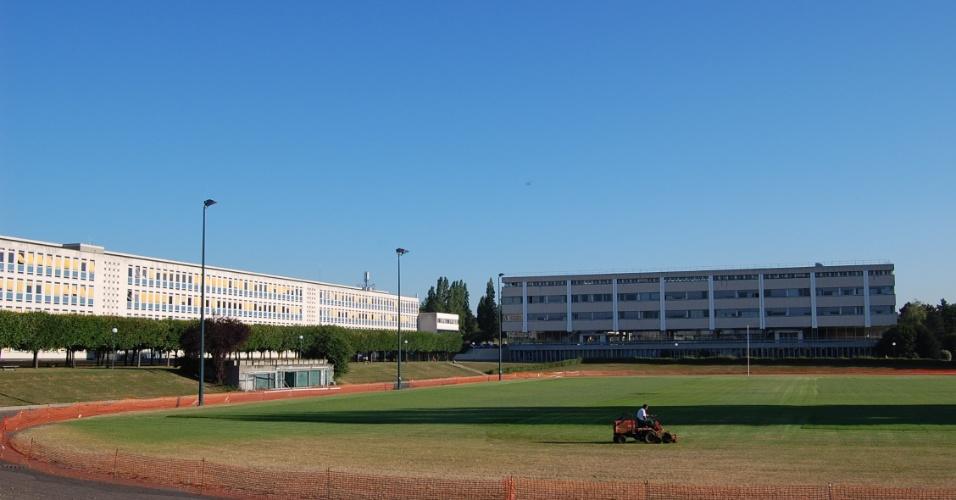 Campo de futebol e rúgni na Ecole Centrale Paris onde Daniel Nogueira, 27, estudou entre 2005 e 2007