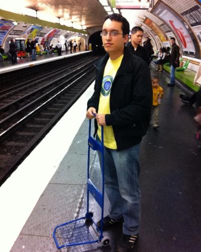 Daniel Nogueira, 27, aguardando o metrô em Paris