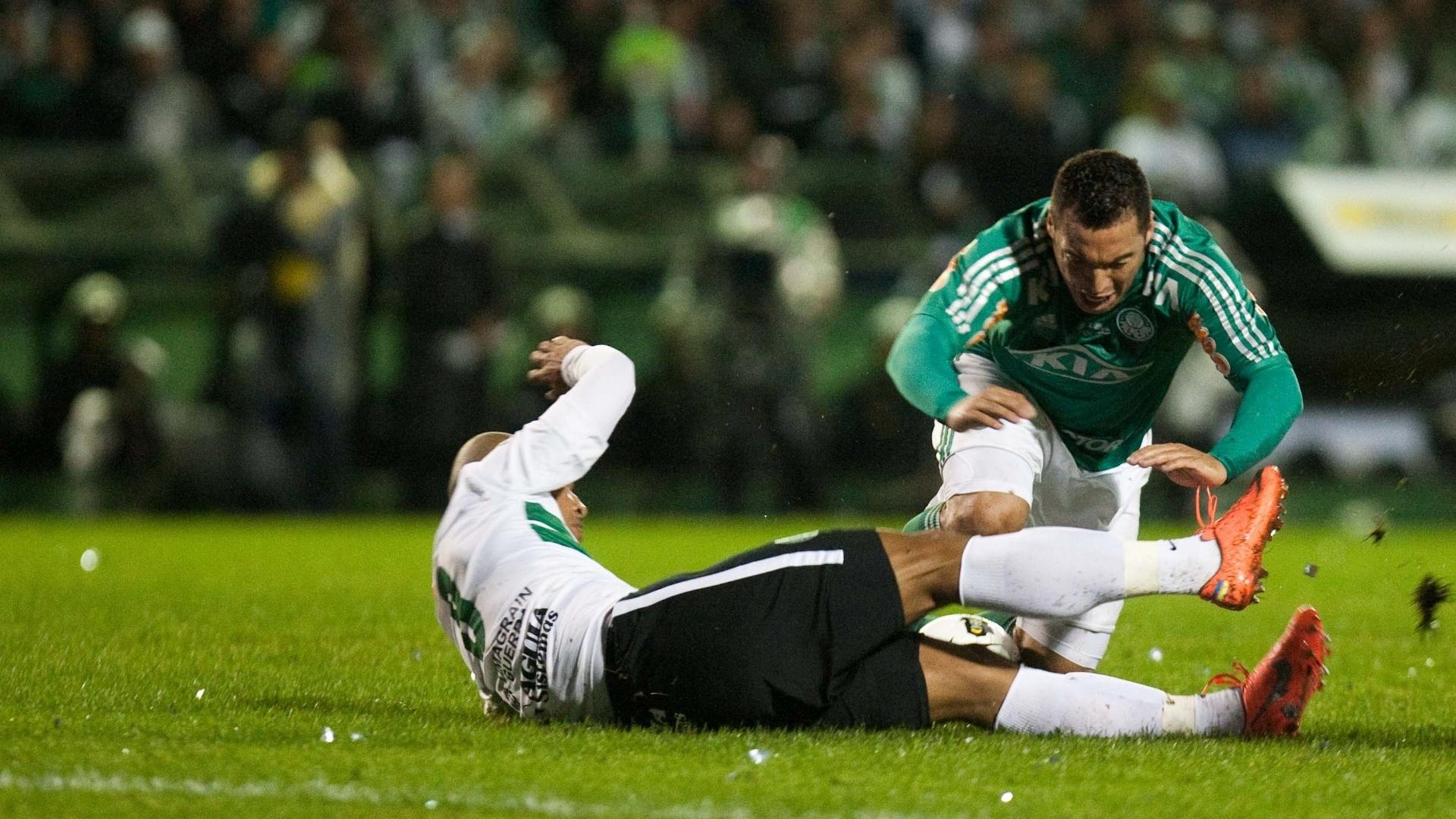 Daniel Carvalho (d), do Palmeiras, disputa jogada com Sérgio Manoel, do Coritiba