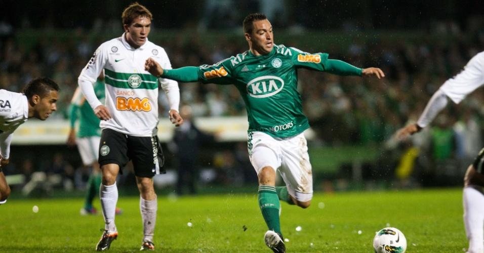 Daniel Carvalho tenta armar uma jogada ofensiva para o Palmeiras na final da Copa do Brasil contra o Coritiba