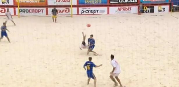 Do meio da quadra, espanhol arrisca bicicleta e faz golaço no futebol de areia; assista