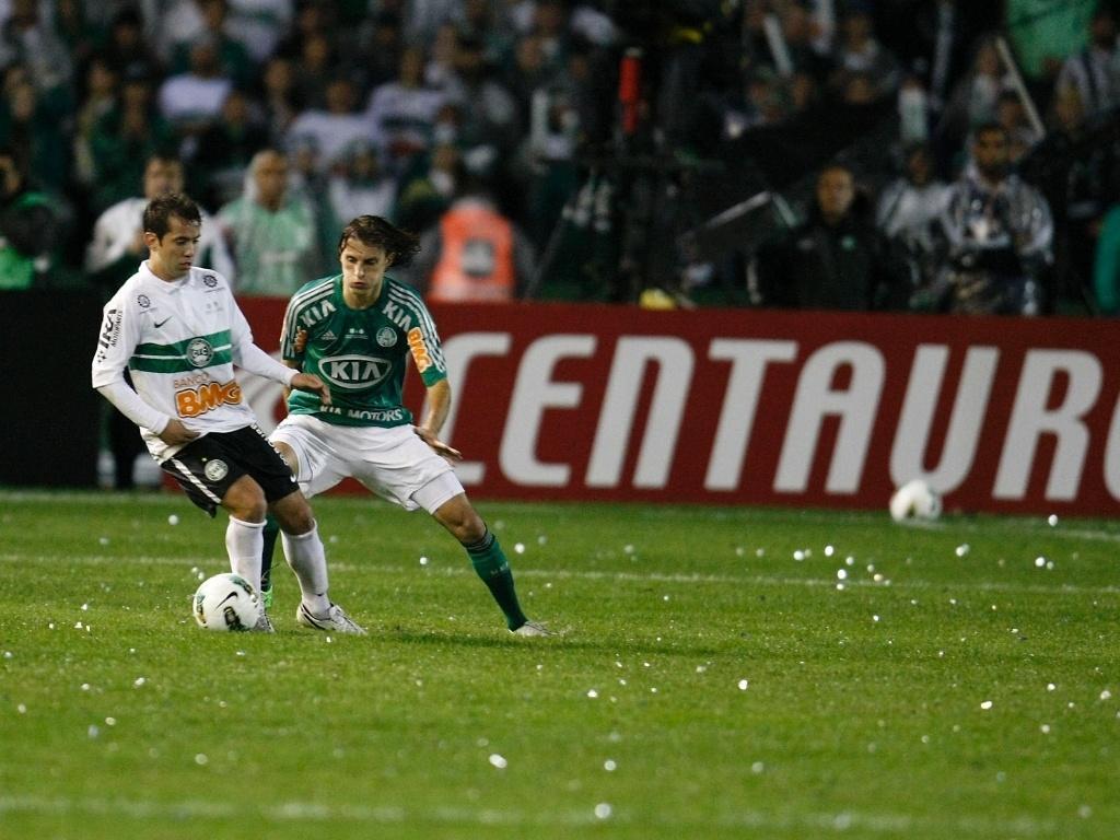 Henrique tenta conter uma das subidas do Coritiba ao ataque durante a final da Copa do Brasil