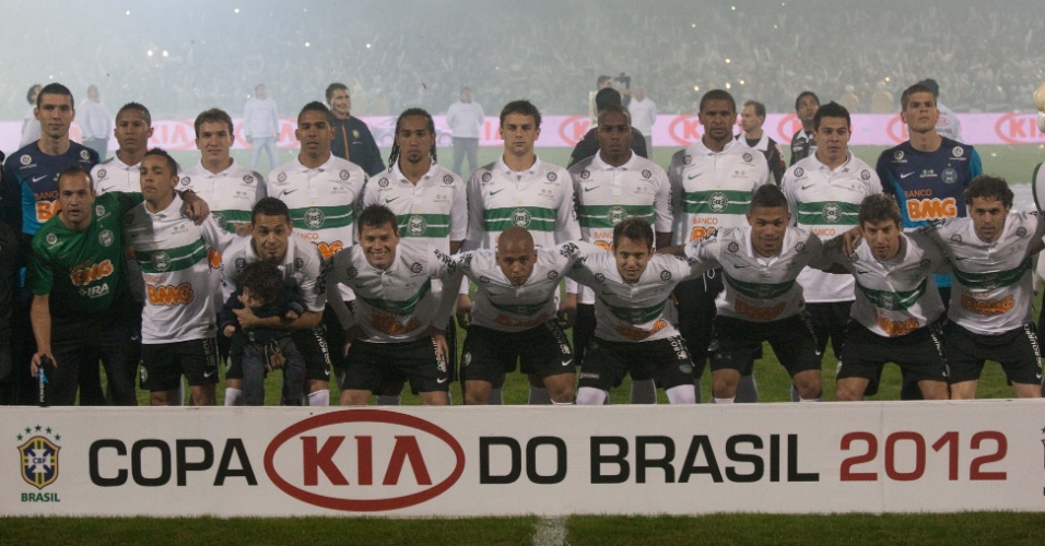 Jogadores do Coritiba posam para fotos antes do início da decisão da Copa do Brasil contra o Palmeiras