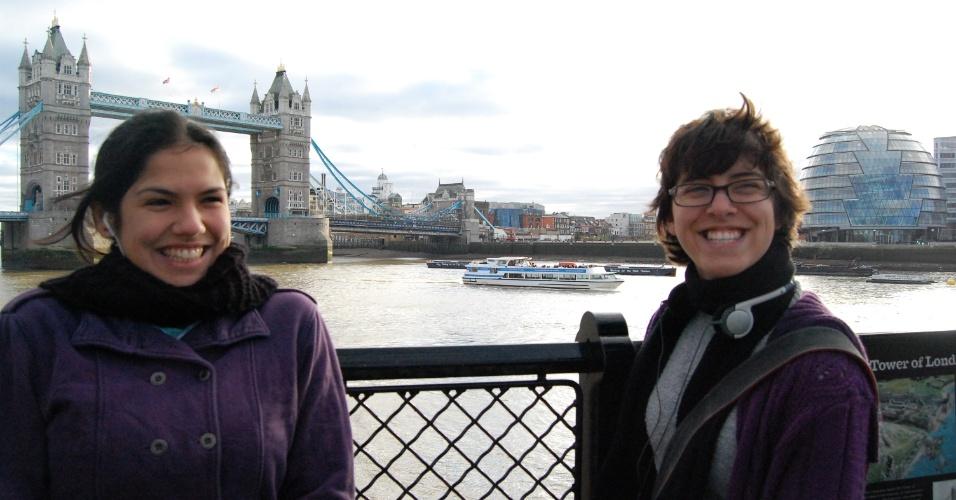 Júlia Rosa à frente da Tower Bridge, logo no primeiro mês em Londres, com sua colega de quarto.