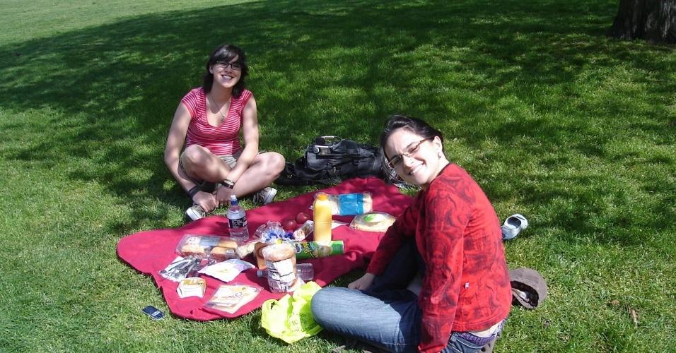 Júlia Rosa em piquenique no verão em 2009, em Greenwich, com uma amiga brasileira que estuda na França