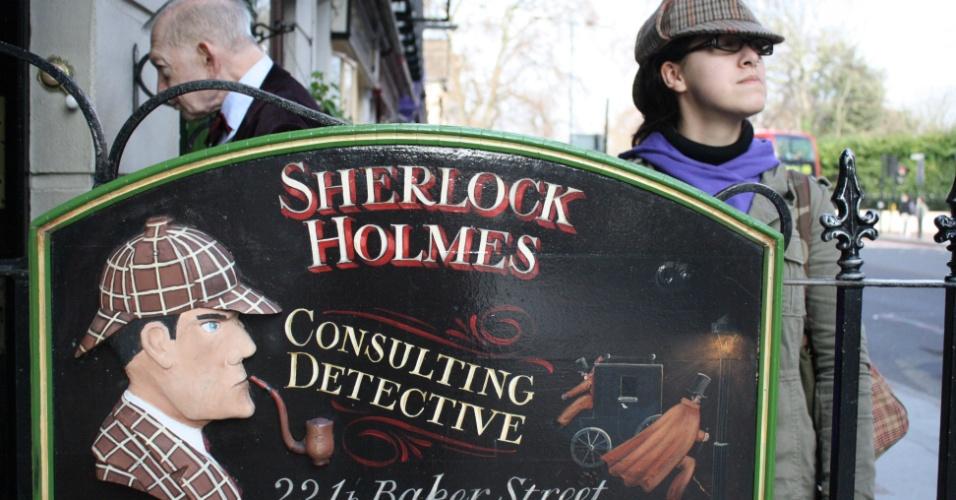Júlia Rosa na frente do Sherlock Holmes Museum