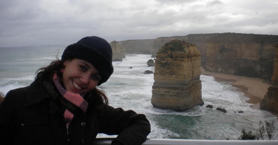 """Juliana Belda em Melbourne, com os """"12 apóstolos"""" (pedras que emergem do mar) ao fundo"""