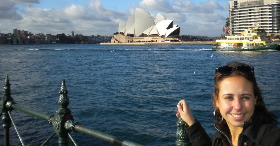Juliana Belda em Sydney, a cidade mais populosa do país. Ao fundo, a ópera de Sydney, um dos cartões postais do local