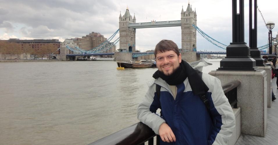 Marcelo Freire Moro com a Tower Bridge ao fundo, em Londres