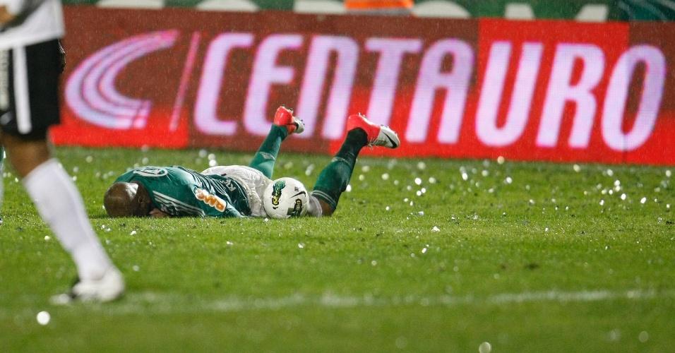 Marcos Assunção, do Palmeiras, fica caído no gramado do Couto Pereira após sofrer falta em final da Copa do Brasil contra o Coritiba