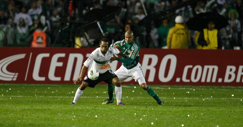 Mauricio Ramos, do Palmeiras, tem trabalho para conter o ataque do Coritiba na decisão da Copa do Brasil