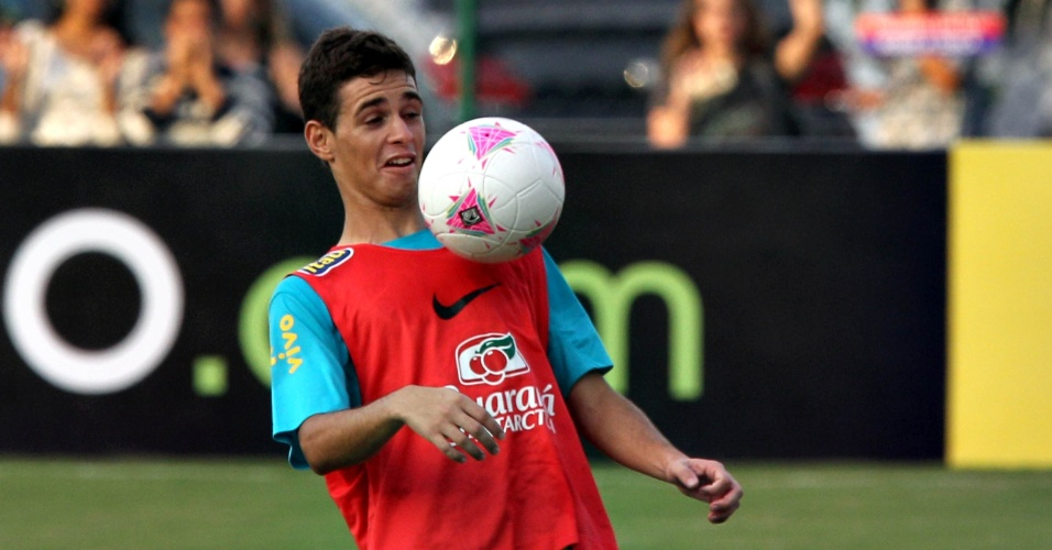 Meia Oscar domina bola em treino da seleção brasileira no Rio de Janeiro