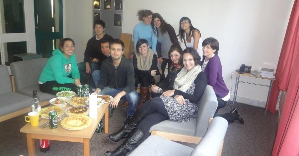 Monica de Souza em almoço com colegas de classe, em Londres