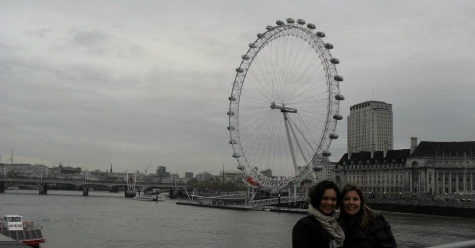 Monica de Souza em frente à London-Eye, uma roda-gigante de observação em Londres