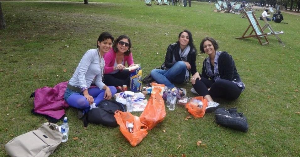Monica de Souza fazendo piquenique com amigas no Hyde Park, em Londres