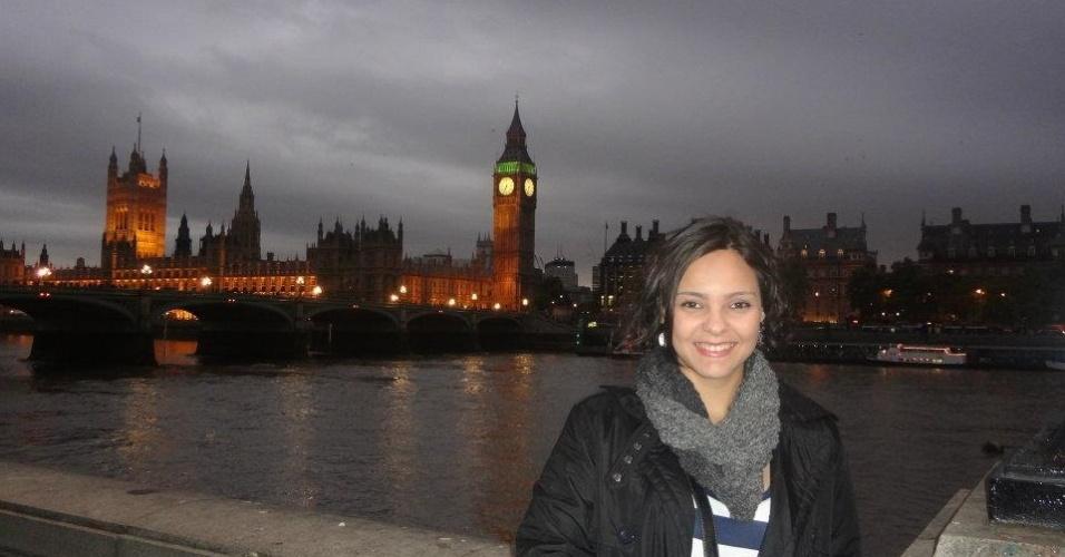 Monica de Souza com Big Ben e Parlamento inglês ao fundo