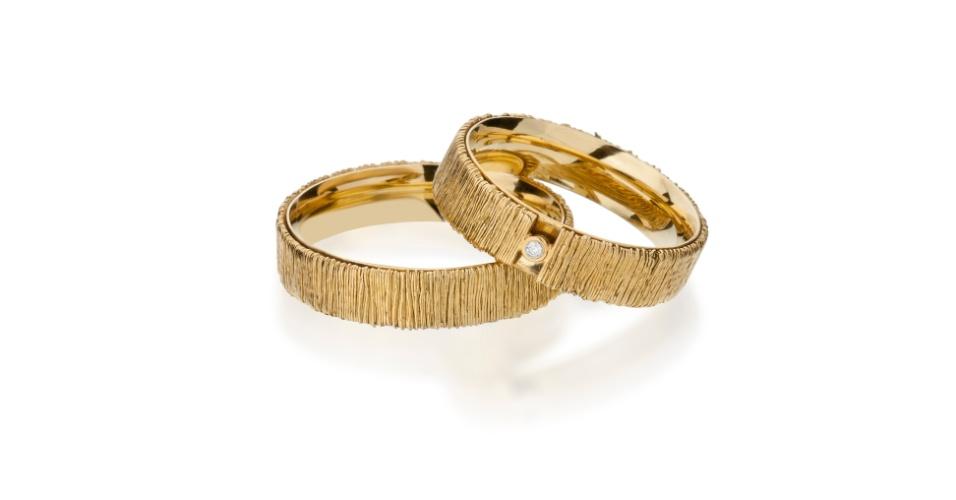 Par de alianças com ouro amarelo texturizado da joalheria Tani Jewel (www.tani.com.br)