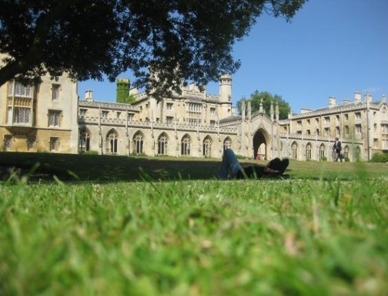 Rodrigo Oliveira em frente à Universidade de Cambridge.