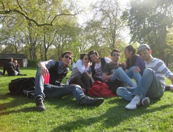 Rodrigo Oliveira em piquenique com amigos da escola de inglês, no Hyde Park, em  Londres