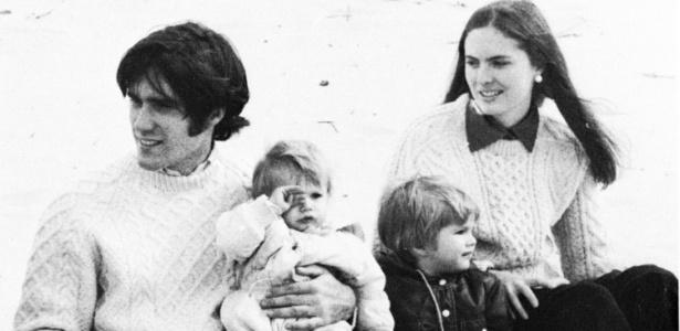 Romney com a mulher Ann e os filhos em foto do livro de 1974 da Universidade de Harvard; o candidato republicano fez parte de um dos cursos mais exclusivos da prestigiada instituição americana - The New York Times