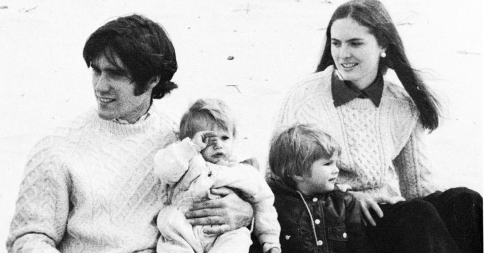 Romney com a mulher Ann e os filhos em foto do livro de 1974 da Universidade de Harvard; o candidato republicano fez parte de um dos cursos mais exclusivos da prestigiada instituição americana